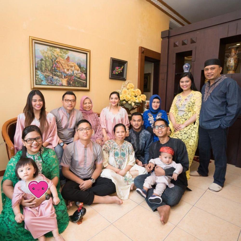 10 Potret kedekatan keluarga Anang-Ashanty dengan ART, so ...