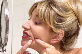7 Beauty hack ini bisa kamu terapkan sebelum tidur buat usir jerawat