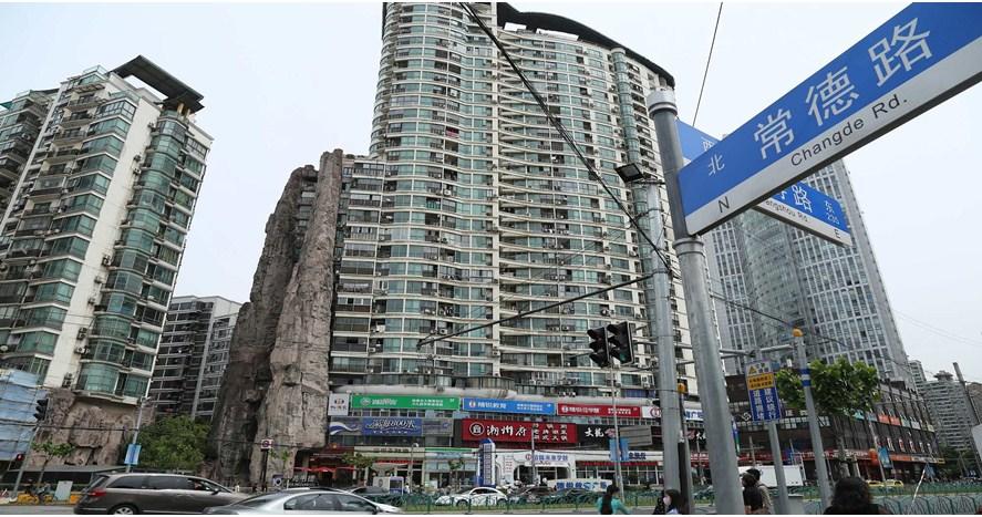 Gedung di pusat kota Shanghai ini menempel dengan tebing, kok bisa ya?