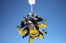 Keren, kakek berusia 101 tahun ini coba olahraga ekstrem skydiving