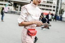 Lagi hype, 10 inspirasi gaya tas pinggang ini bikin kamu makin trendi