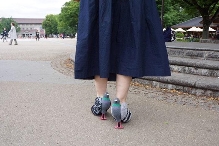 Sepatu yang dikenakan wanita ini bikin orang terkejut keheranan