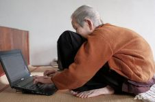Usia hampir 1 abad, nenek gaul ini dijuluki master media sosial