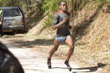 Cuma pakai kaus kaki, pria ini berhasil menang lari maraton 23 km