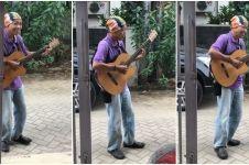 Nyanyi lagu jazz barat, skill dan suara bapak pengamen ini bikin kagum