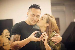 10 Potret kemesraan Demian Aditya dengan sang istri, bak masih pacaran