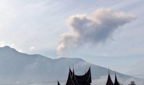Meletus dua kali, status Gunung Marapi Sumbar waspada