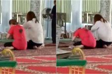 Mengira kuil, potret 2 turis ibadah di masjid ini jadi viral