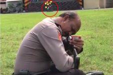 Polisi ini mampu menembak target sambil membelakanginya, luar biasa