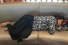 Tidur seadanya di bandara, Bu Susi lagi-lagi bikin heboh medsos