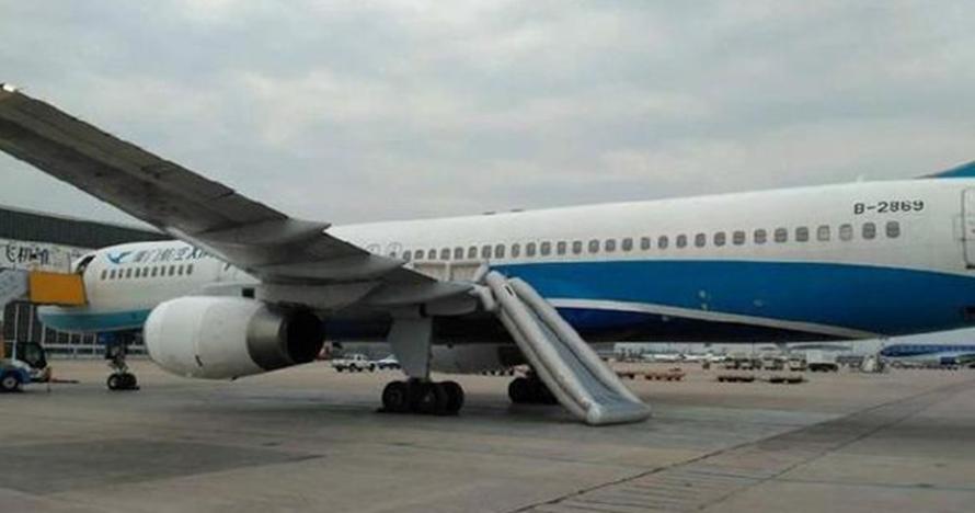 Gagal paham, wanita ini malah buka pintu pesawat saat mau lepas landas