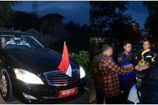 Potret Presiden Jokowi, buka puasa bareng paspampres di pinggir jalan