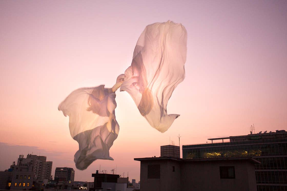 Lewat selembar kain putih, fotografer ini ciptakan 10 foto keren abis