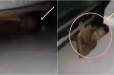 Wanita ini ketahuan mertua, sembunyikan selingkuhan di kolong ranjang