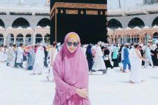 4 Seleb ini tunaikan umrah selama Ramadan, ada yang bawa doa khusus