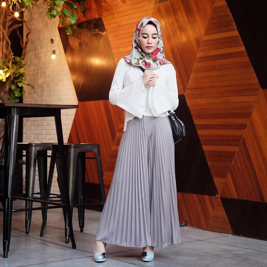 10 Ide outfit lebaran ala selebgram Aghnia Punjabi, simpel & elegan