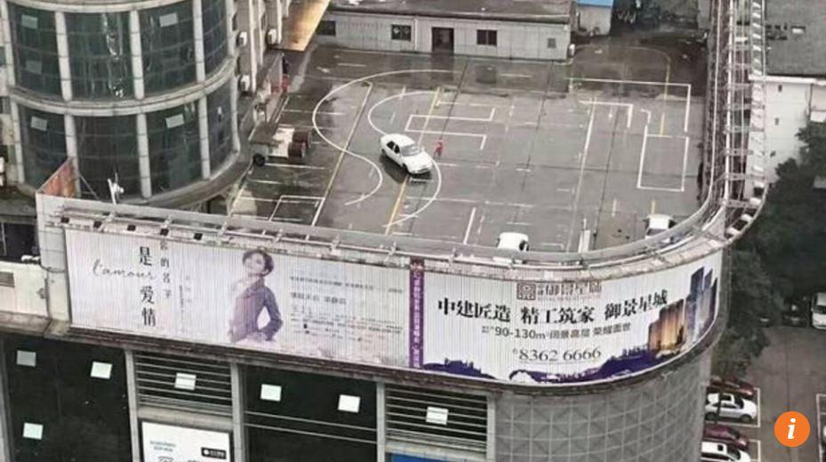 Sekolah mengemudi ini dibangun di atap gedung, anti-mainstream banget