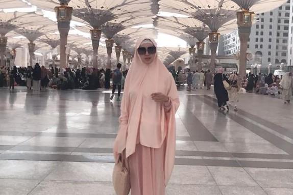 Pergi umrah, Tiara Dewi malah kerap posting status galau