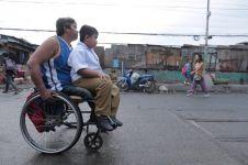 Potret ayah berkursi roda antar anaknya pergi sekolah ini bikin salut