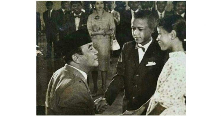 Beredar foto mirip Obama kecil bersalaman dengan Bung Karno, benarkah?