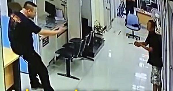 Diancam peneror pakai pisau, aksi polisi ini pasti nggak kamu duga