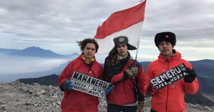Bukan liburan ke luar negeri, Al, El, Dul pilih mendaki gunung Semeru
