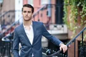 10 Inspirasi street style ala Adam Gallagher, makin maskulin & stylish