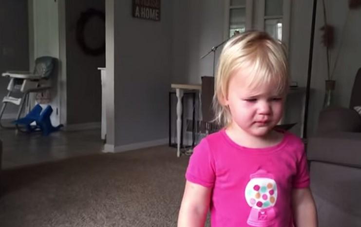 Awalnya kesal & menangis, reaksi balita lihat adiknya ini bikin haru