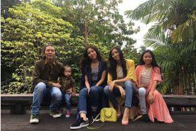 10 Foto keluarga bahagia Bimbim Slank, dikelilingi 'bidadari' cantik