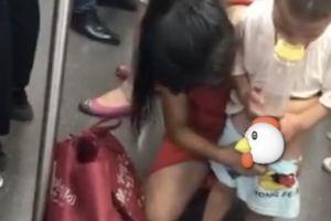 Jorok, ibu ini suruh anaknya pipis di lantai kereta penuh penumpang
