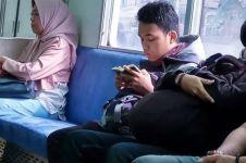7 Potret penumpang KRL baca Alquran, lihatnya adem banget