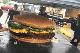 Restoran ini bikin burger berbobot 813 kilogram, wow jumbo abis