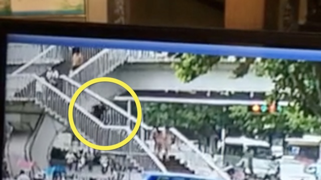 Asyik main HP, wanita ini terjungkal dari tangga dan meninggal