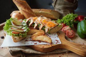 Sensasi Chicken Cheese Sandwich di Swiss Belhotel Airport