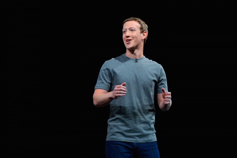 Replika kaus polos Mark Zuckerberg ini dijual Rp 600 ribu