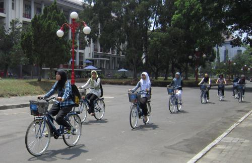 Lebih enak mana ke kampus pakai mobil, motor, atau sepeda?