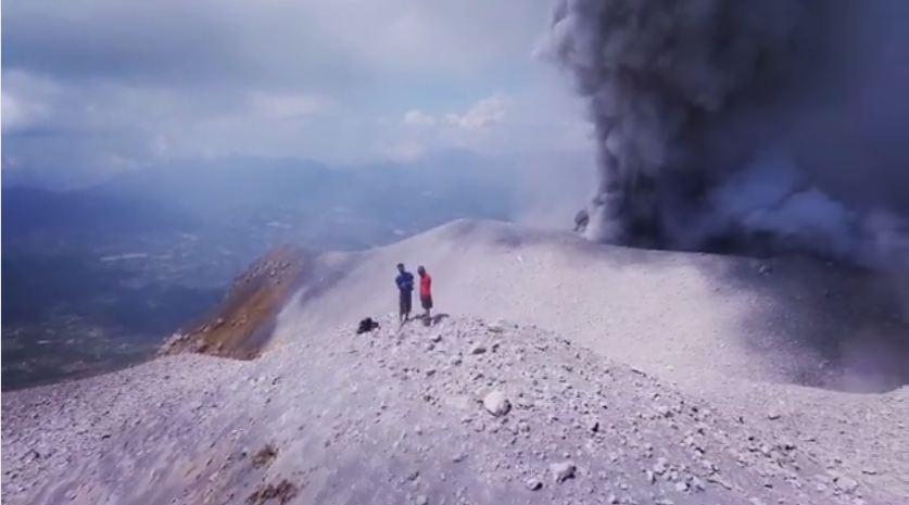 2 Pemuda ini mendaki ke puncak Gunung Sinabung saat status masih awas