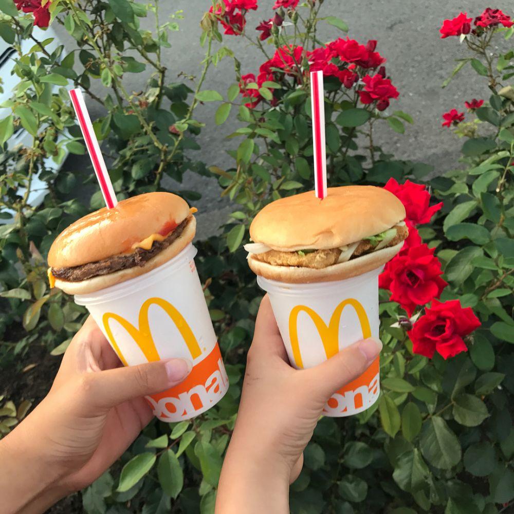 burger ditusuk sedotan © 2017 Instagram