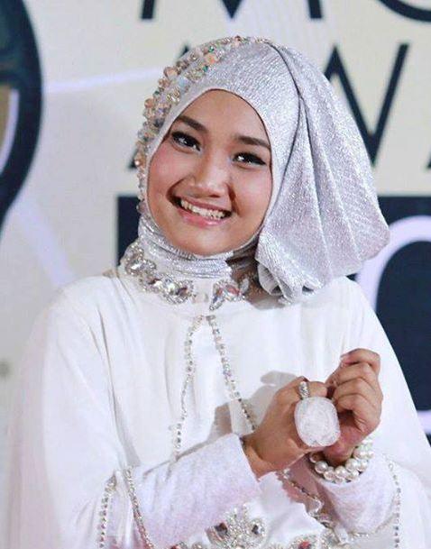 Fatin Shidqia Ganti Gaya Hijab © 2017 brilio.net
