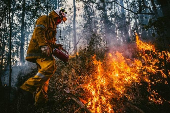 8 Potret aksi heroik pemadam kebakaran, pertaruhkan jiwa dan raga