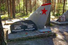Pemakaman ini unik banget, setiap kuburan dipasang sirip ekor pesawat