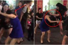 Bak film, wanita ini hajar selingkuhan suaminya dengan 'jurus kungfu'