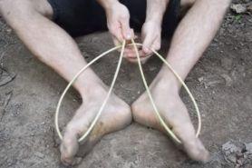 Aksi orang primitif bikin sandal ini simpel tapi kreatif abis