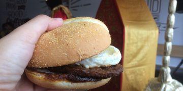 Sensasi burger rendang, burger khusus sambut HUT RI ke-72