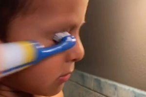 Bukannya gigi, bocah laki-laki ini malah menyikat matanya