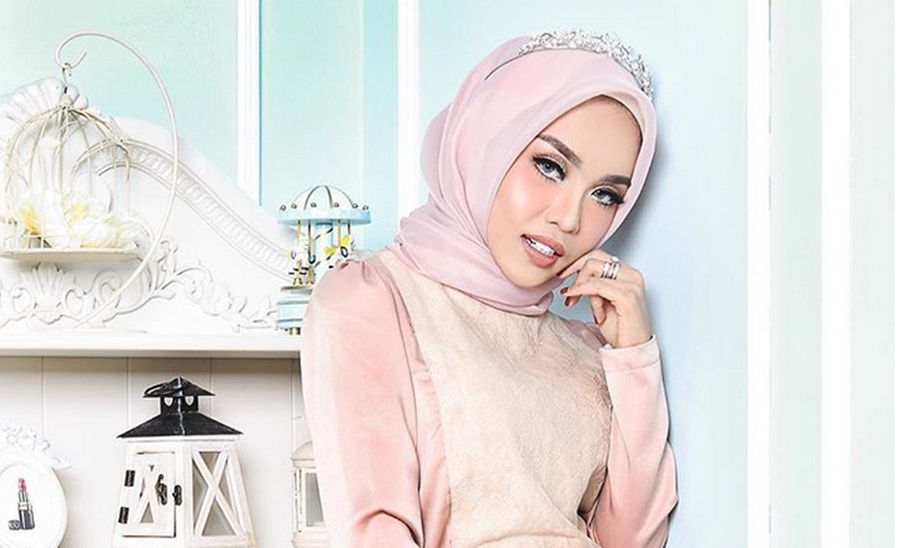 10 Foto cantiknya Medina, hijaber miliarder calon ipar Ayu Azhari