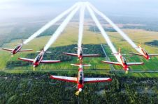 Tim aerobatik TNI AU sambut mahasiswa baru Kampus Biru, keren abis!