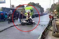 'Emak-emak' nekat lewati jalan beton basah ini bikin geleng-geleng