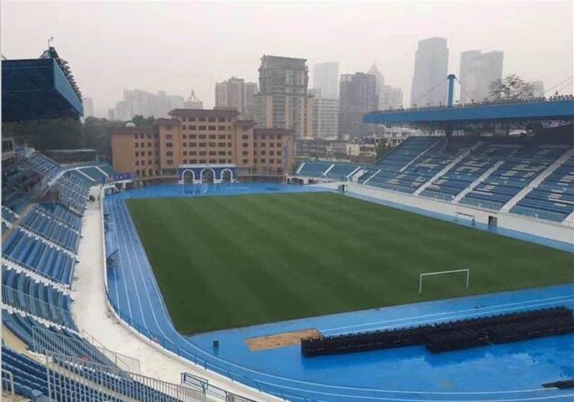 Hapus kutukan klub bola ganti cat stadion dengan warna emas, hasilnya tokcer © 2017 brilio.net berbagai sumber