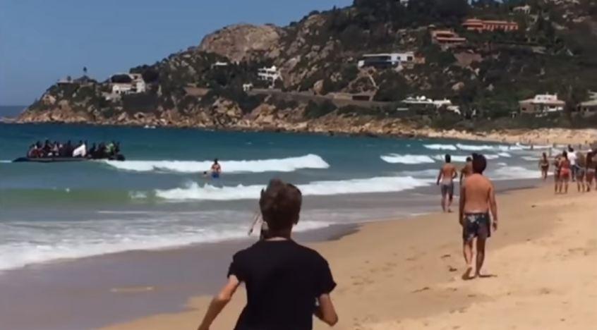 Asyik berjemur di pantai, wisatawan ini dikagetkan perahu pengungsi